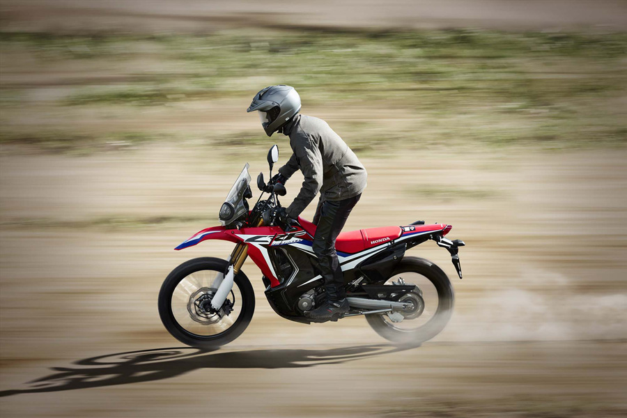 The 2.7 fuel tank delivers an approximate range of over 200 miles. The flat filler cap is hinged for rider convenience.